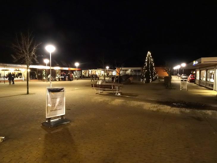 Juletræet med sin pynt venter på vi får begyndt ... Foto: F.P.