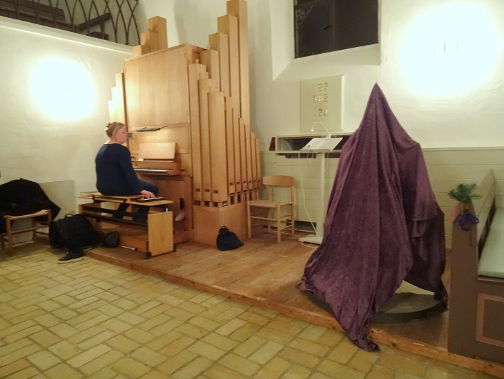 """""""Lys-stjernen"""" står klar til at blive afsløret. Ved orglet sidder kirkens organist Tina Christiansen. Foto: F.P."""