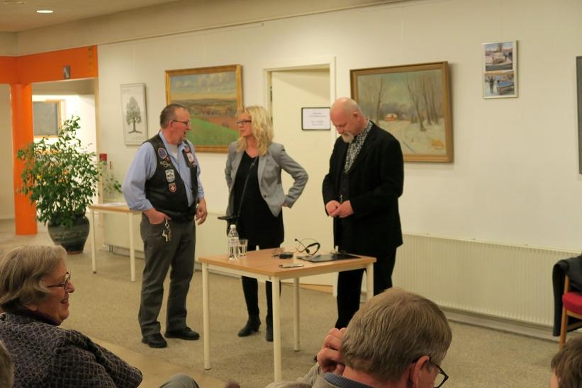 Kåre Johannesen i samtale med Niels Kristiansen fra Svebølle Aktivitetscenter og bibliotekar Stine Veisegaard Foto: F.P.
