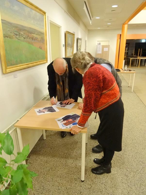 Niel Kristiansen sørger for foredragsholderens obligatoriske signatur på et et billede af foredragsholderen. Foto: F.P.