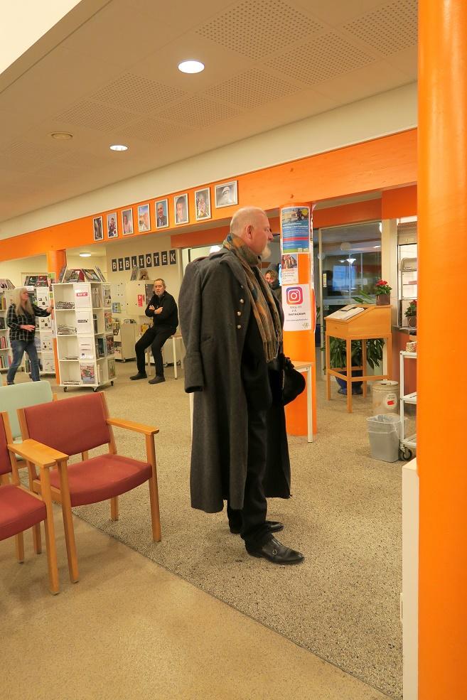 Aftenens foredragsholder Kåre Johannesen er netop ankommet i sit karakteristiske dress. Foto: F.P.