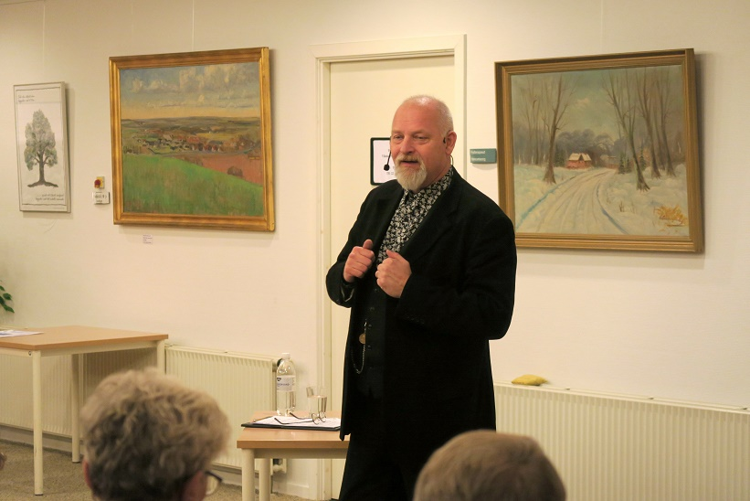 Kåre Johannesen under foredraget. Foto: F.P.