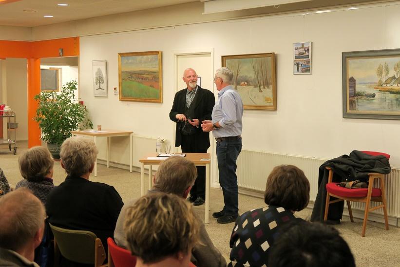 Svebølle Aktivitetscenters formand Karsten Ahrens takker Kåre Johannesen for en fantastisk aften. Foto: F.P.