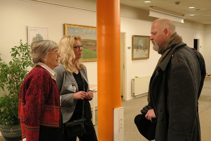 Kåre Johannesen hilser på Marlene Eide Paulsen fra biblioteksgruppen (t.v.) og bibliotekar Stine Veisegaard. Foto: F.P.