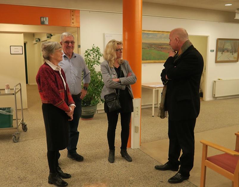 Kåre Johannesen får en snak med Marlene Eide Paulsen, Karsten Ahrens og Stine Veisegaard. Foto: F.P.