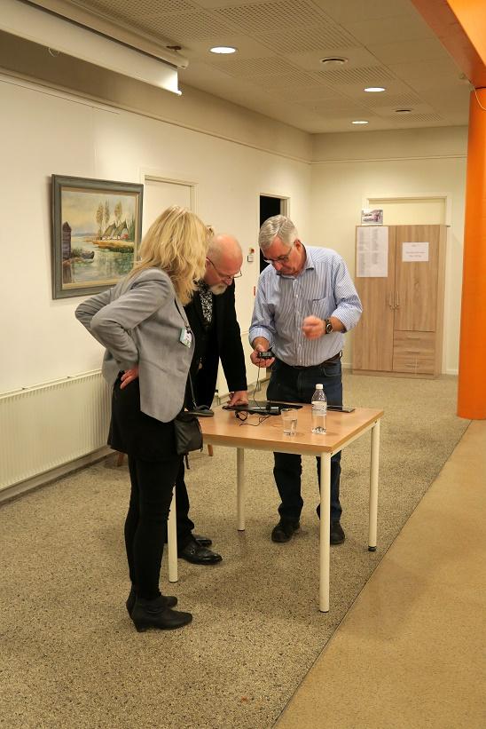 Kåre Johannesen vises til rette af Karsten Ahrens, men bibliotekar Stine Veisegaard ser til. Foto: F.P.