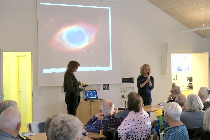 De to foredragsholdere beskæftiger med et billede af en døende stjerne (sol). Den lille hvide dværg der er tilbage når stjernen er slukket ses som en lille hvid prik i midten af det blå. Billedet ligner til forveksling et øje. Foto: F.P.