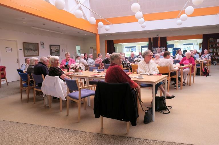 Eftermiddag med Sejerø Spillemændene - Fremmødet var, som det ses på billedet, stort (ml. 45 og 50). Foto: F.P.