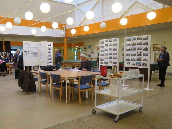 12 udstillingsrammer var tæt besat med billeder og tekst. Foto: F.P.